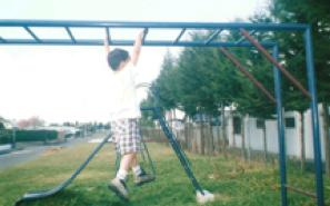 David a los 3 años 4 meses, cruzando solo una escalera china