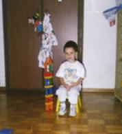 David, 1 año y 6 meses, construyendo torres con piezas de madera.