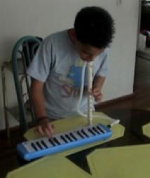 David interpretando el Himno a la Alegría, con 2 instrumentos de viento a la vez