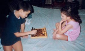 Micaela y David, 4 y 6 años aficionados al ajedréz