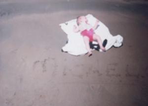 Micaela, a los 65 días de nacida, en la playa